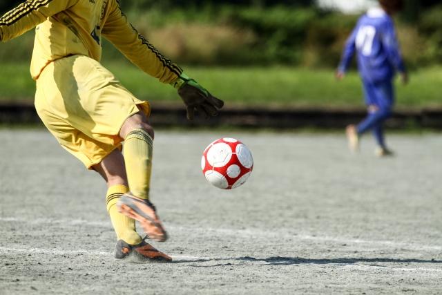 サッカーをする少年の写真