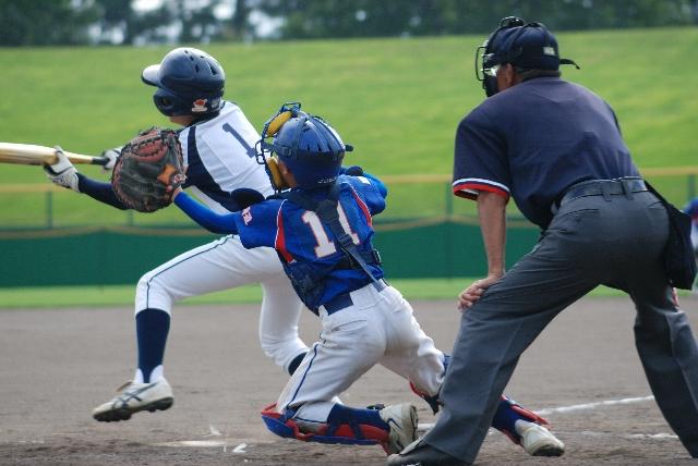野球をする少年の写真